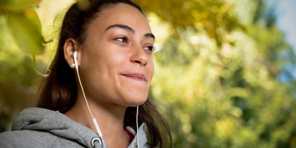 jeune fille écoute musique avec écouteurs.